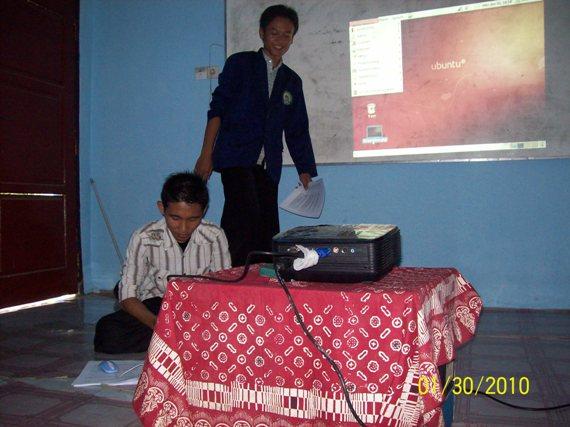 "Mas Lukman (siswa kelas 2 RPL) sedang menyampaikan materi ""Pengenalan Aplikasi di Linux"""