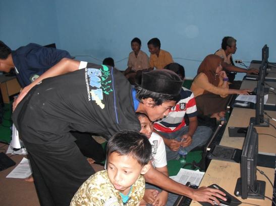 Wah mas ahmad sedang memantau para peserta satu-persatu.. ^_^ baik.com deh