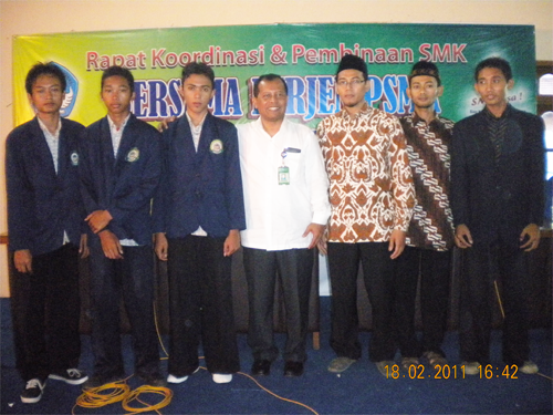 Dari Kiri : Lukman, Nasikin, Meki, Dirjen SMK , Kepsek SMKTI, Pelatih Programming Team (Pak Hannan dan Ghalib)